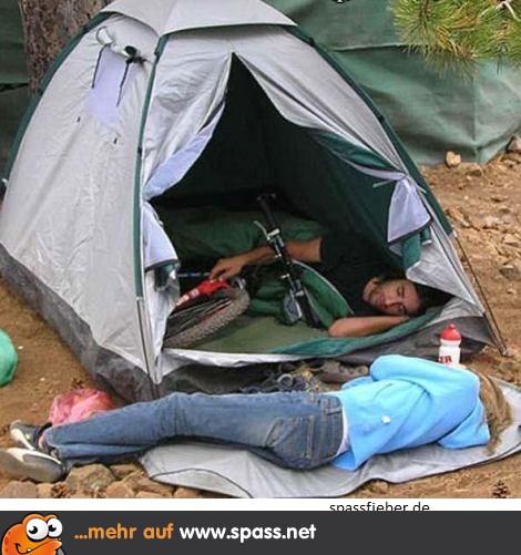 Mann im Zelt mit Fahrrad