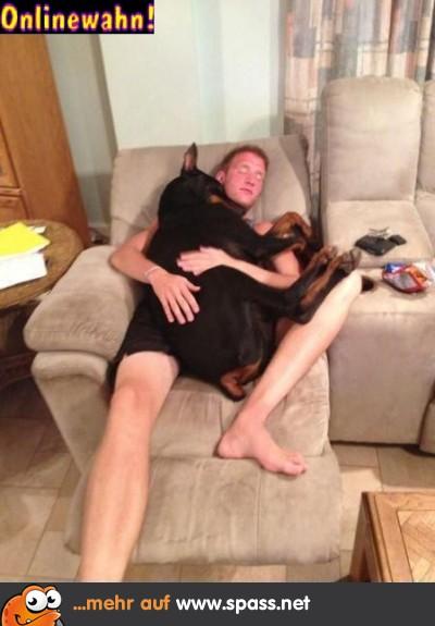 Mann Hund kuscheln