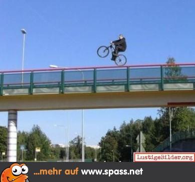 Radfahrer Autobahnbrückengeländer